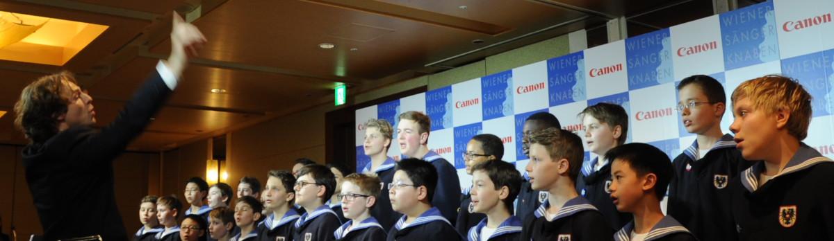 記者会見で歌声を披露するウィーン少年合唱団 指揮はマノロ・カニン氏