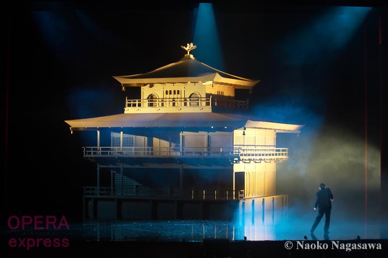 孤独な青年僧が金閣寺に火を放った理由とは?「美」は無言の圧力—神奈川県民ホール開館40周年記念 オペラ《金閣寺》公演レポート