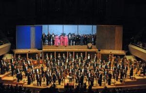 ノット×東響。快進撃のコンビネーションによる《コジ·ファン·トゥッテ》ミューザ川崎の美しい響きを楽しむように歌う、サー·トーマス·アレンをはじめとした歌手たち
